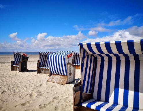Es geht wieder los. Ganz klares Indiz: Strandkörbe und geöffnete Sonnenschirme.
